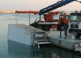 Φορτηγό έπεσε στη θάλασσα στα Λιμενάρια Θάσου